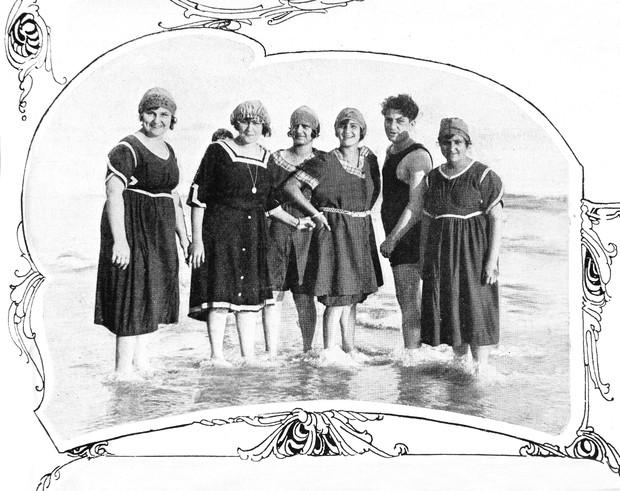 Moças e um rapaz na praia de Copacana 1919 - Revista da Semana (Foto: Divulgação)