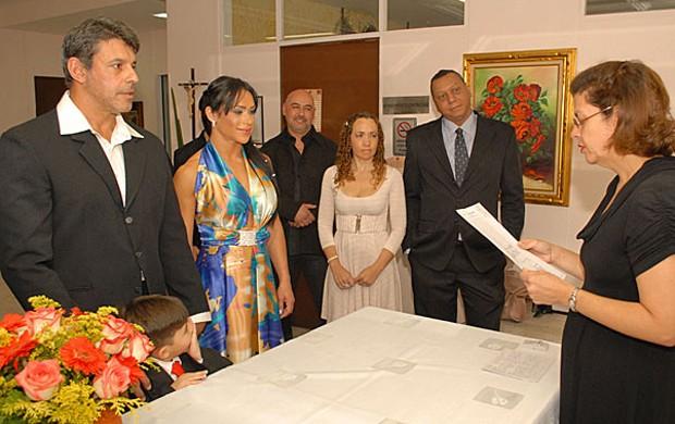 Alexandre Frota, com Enzo por perto, e Fabiana Rodrigues ouvem a juíza (Foto: Divulgação)