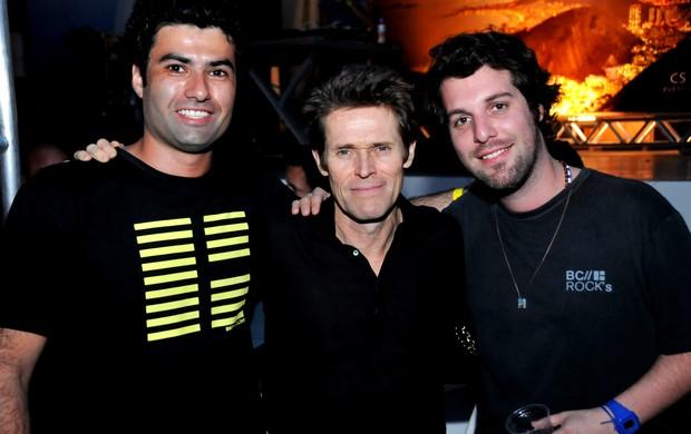 William Dafoe com Beto Landau e Rodrigo Lampreia, da banda Santa Clara (Foto: Ari Kaye/Divulgação)