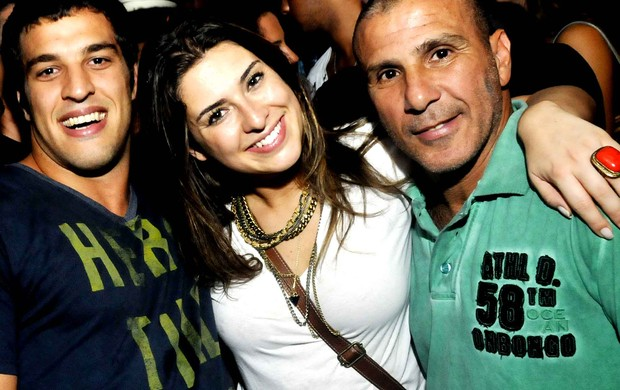 Fernanda Paes Leme com o namorado, Gregor Gracie, e Eri Johnson (Foto: Ari Kaye/Divulgação)