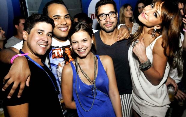 Milena Toscano, Fernando Torquatto e Sabrina Sato com amigos (Foto: Ari Kaye/Divulgação)