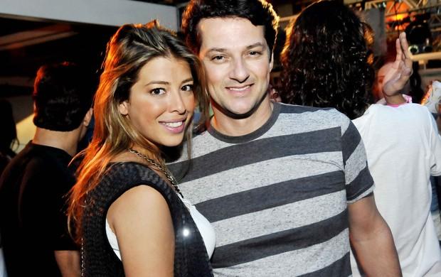Marcelo Serrado e a namorada, Roberta (Foto: Ari Kaye/Divulgação)