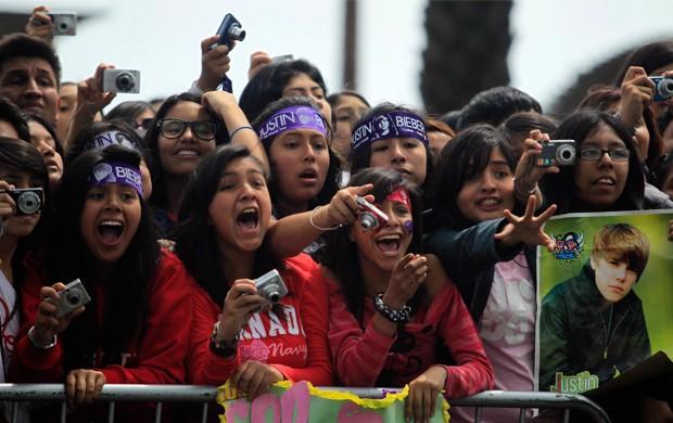 Fãs Justin Biber em Lima no Peru (Foto: Reuters)