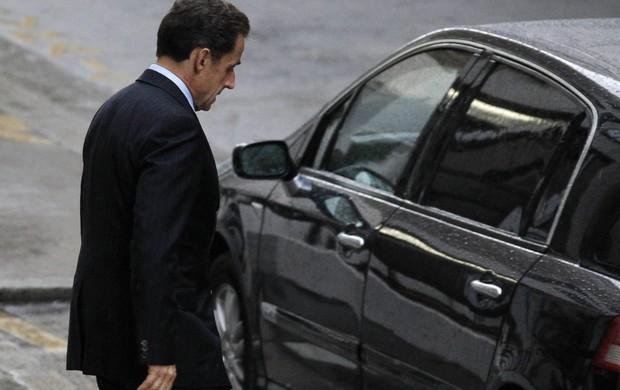 Nicolas Sarkozy deixa maternidade em paris - 19/10/2011 (Foto: Reuters)
