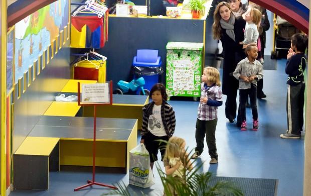 Angelina Jolie passeia com os seis filhos em shopping de Budapeste (Foto: X17/Agência)