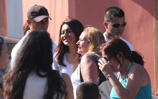 Dira Paes é cercada por fãs (Foto: Marcos Ferreira/Photo Rio News)