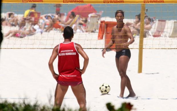 Ronaldinho Gaúcho joga futevôlei em praia carioca (Foto: Dilson Silva/Ag News)