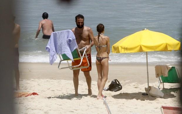Marcelo Camelo e Mallu Magalhães na praia  (Foto: Photo Rio News)