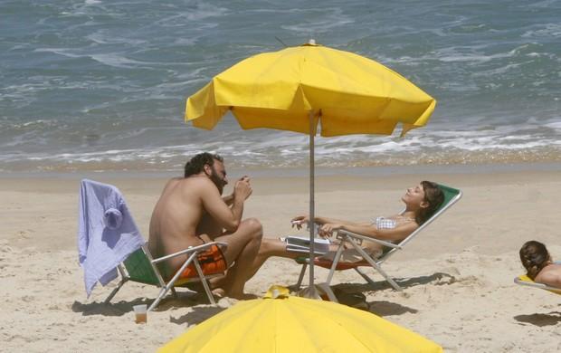 Marcelo Camelo e Mallu Magalhães na praia do Leblon (Foto: Edson Teófilo/Photo Rio News)