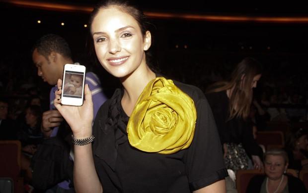 Carol Celico exibe foto da filha em show de Sandy (Foto: Amauri Nehn/Agnews)