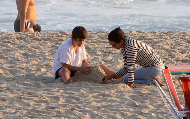 Luiza Brunet brinca com o filho na praia, no Rio (Foto: Gil Rodrigues / Photo Rio News)