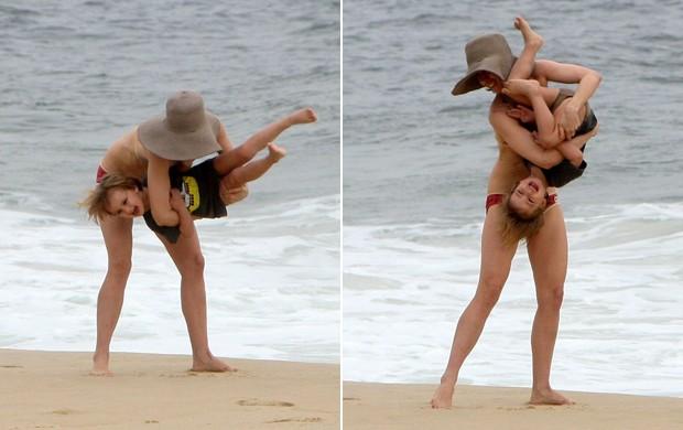 Fernda Torres brinca na praia com o filho, no Rio (Foto: Gil Rodrigues / Photo Rio News)