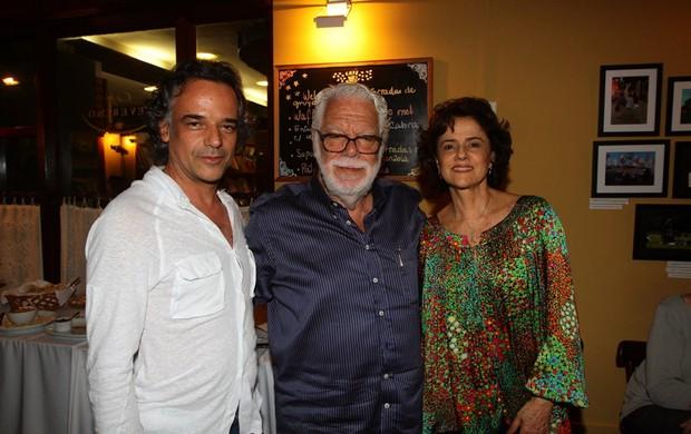 Ângelo Antônio, Manoel Carlos e Marieta Severo na exposição de fotos de Júlia Almeida, no Rio de Janeiro (Foto: Rufino Bandeira/Photo Rio News)
