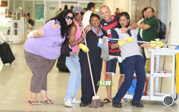Serginho com funcionarias do aeroporto (Foto: Leottu Junior / Ag. News)