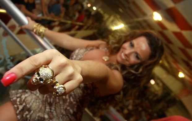Viviane Araújo mostra seus aneis na quadra do Salgueiro (Foto: anderson borde/agnews)