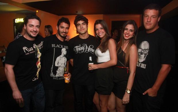 Caio Castro e amigos em boate carioca (Foto: Raphael Mesquita/Photo Rio News)