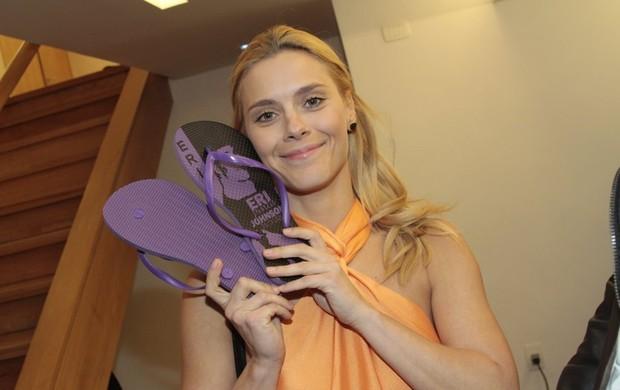 Carolina Dieckmann com os chinelos que ganhou de Eri Johnson (Foto: Isac Luz/EGO)