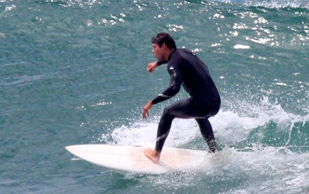 Caua Reymond surfa no RJ (Foto: Dilson Silva/AgNews)