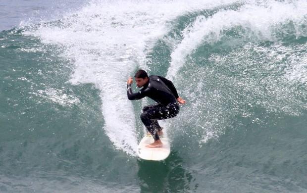 Cauã Reymond surfa no RJ (Foto: Dilson Silva/AgNews)