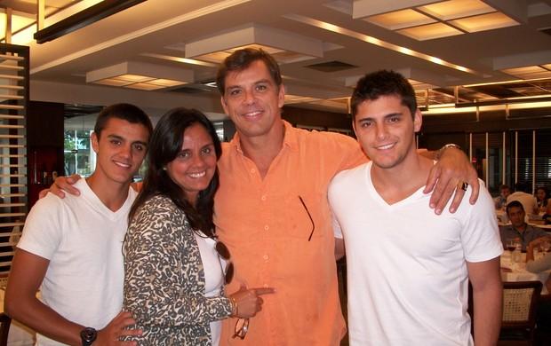 Alexandre, a mãe, Ana, Beto Simas e Bruno Gissoni (Foto: Divulgação)