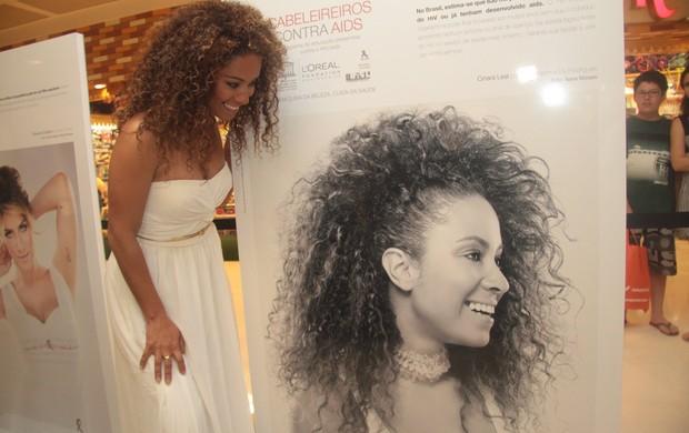 Cinara Leal olha sua foto (Foto: Raphael Mesquita/ Photo RioNews)