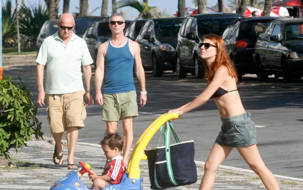 Mariah Rocha vai à praia com a família (Foto: Edson Teófilo / Photo Rio News)