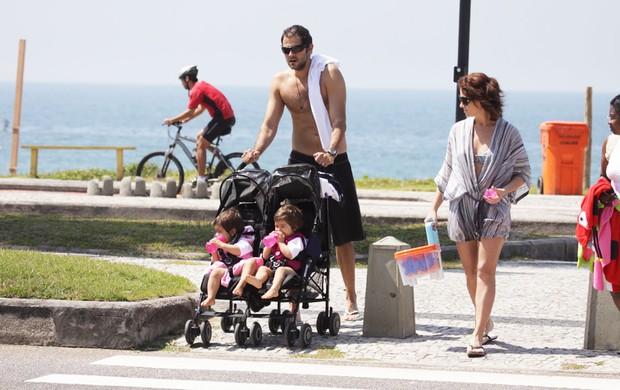 Giovanna Antonelli na praia no RJ com as filhas (Foto: Adilson Lucas/AgNews)