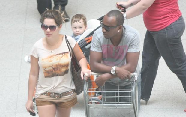 Fernanda Souza e Thiaguinho no aeroporto (Foto: Henrique Oliveira/Photorio News)