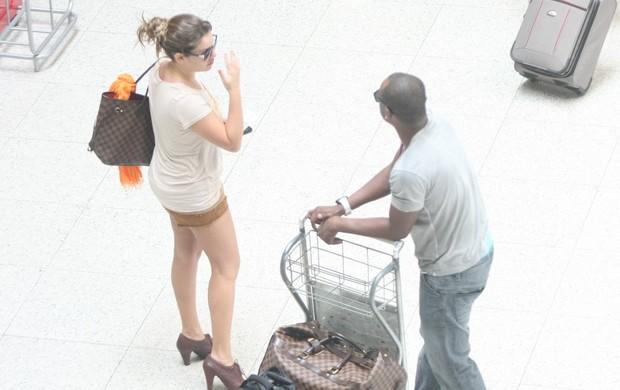 Fernanda Souza e Thiaguinho no aeroporto Santos Dumont (Foto: Henrique Oliveira/Photo Rio News)