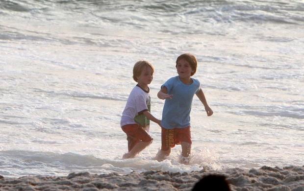 Filhos de Britney Spears curtem fim de tarde na praia (Foto: André Freitas e Gabriel Reis / AgNews)