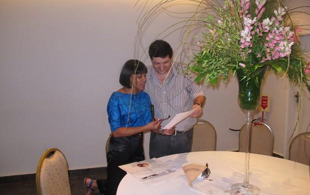 Aparecida Petrowky com o decorador Carlos Lamoglia (Foto: Divulgação)