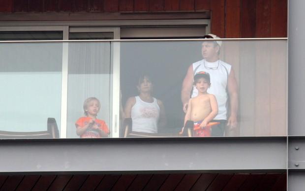 Filhos de Britney Spears na sacada do hotel (Foto: Marcos Ferreira / Photo Rio News)