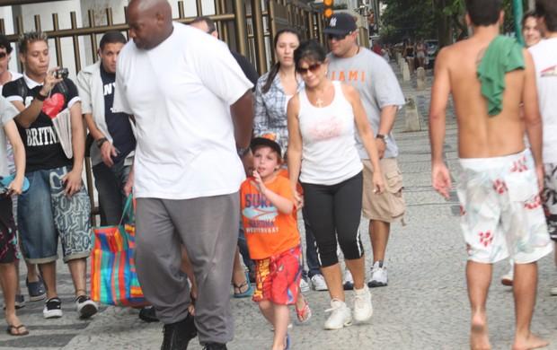 Filhos de Britney Spears saem para curtir a praia (Foto: Marcos Ferreira / Photo Rio News)