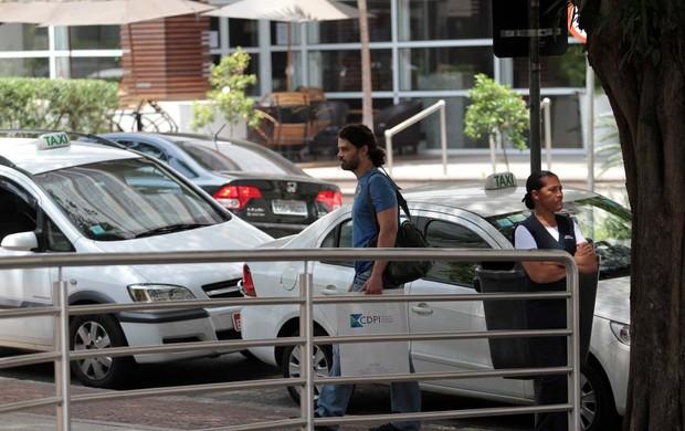 Carmo Dalla Vecchia perto do hospital de Gianecchini (Foto: Orlando Oliveira / AgNews)