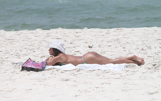Carol Abranches na praia (Foto: Dilson Silva/Agnews)