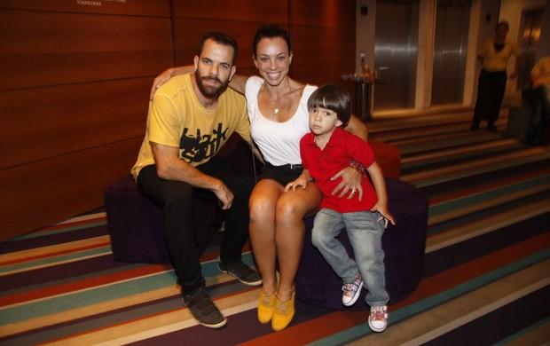 """Carla Marins com o marido e o filho, na estreia do infantil """"Cocoricó - O show"""" (Foto: Felipe Assumpção / AgNews)"""
