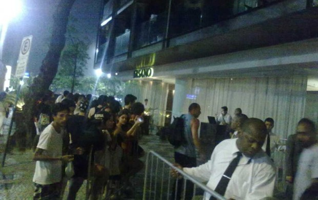 Movimentação de fãs à espera de Britney na porta do hotel (Foto: Twitter / Reprodução)