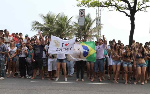 Fãs esperam a aparição de Britney na janela do hotel (Foto: André Freitas / AgNews)