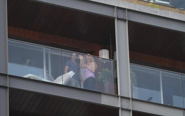 Britney Spears aparece na janela do hotel para fãs (Foto: André Freitas e Gabriel Reis / AgNews)