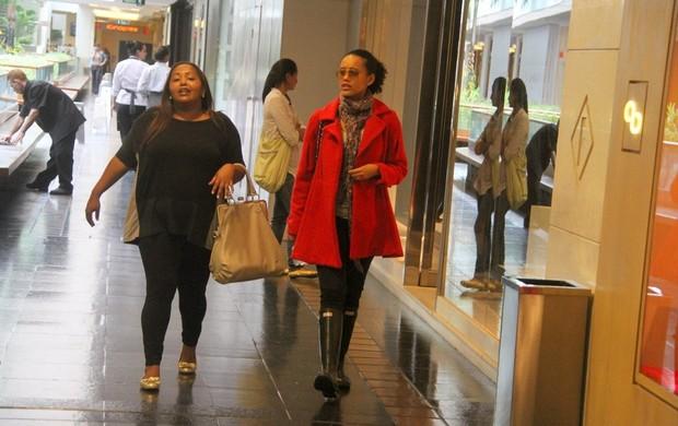 Taís Araújo passeia com amiga em shopping carioca (Foto: Daniel Delmiro / AgNews)