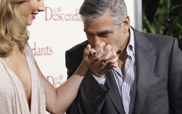 "George Clooney com a  namorada, Stacy Keibler na première de ""The Descendants"" em Beverly Hills (Foto: Reuters)"