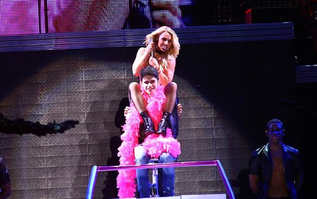 Britney Spears com o fã Felipe no palco de São Paulo (Foto: EGO/ Iwi Onodera)