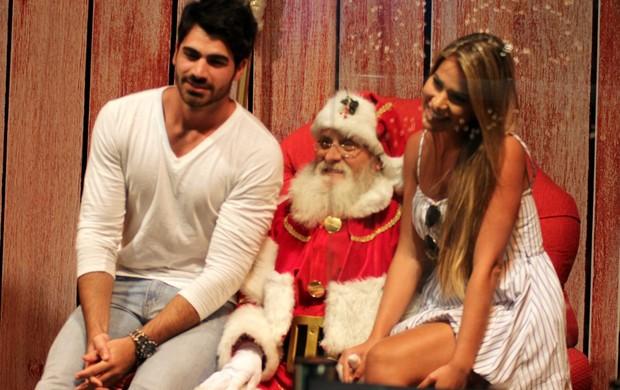 Rodrigão e Adriana tiram foto com o Papai Noel em shopping do Rio (Foto: Marcus Pavão / AgNews)