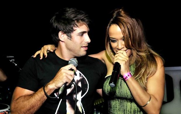 Raoni Carneiro e Leilah Moreno cantam juntos em boate (Foto: Ari Kaye/Divulgação)