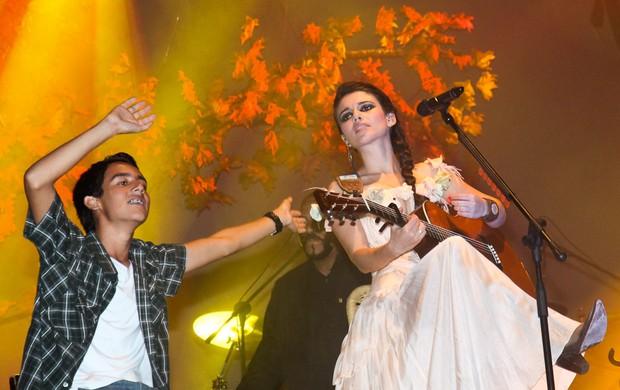 Paula Fernandes chama fãs ao palco de seu show (Foto: Manuela Scarpa/Photo Rio News)