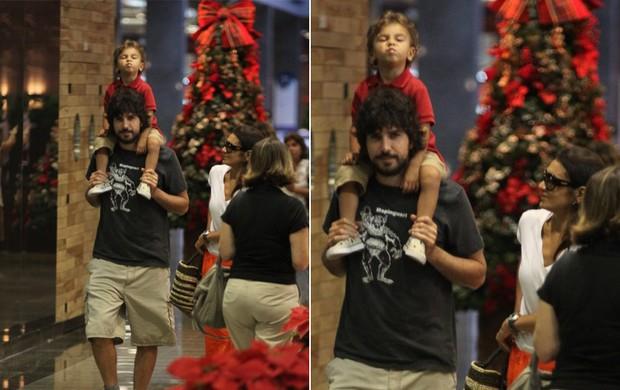 Dira Paes passeia com o marido e o filho no shopping (Foto: Marcus Pavão / AgNews)