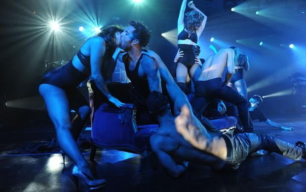 Ricky Martin beija dançarina em show (Foto: Agência Grosby Group)
