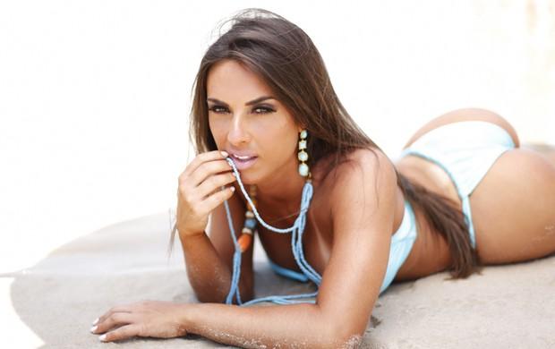 Nicole Bahls posa de biquini na praia (Foto: Divulgação)