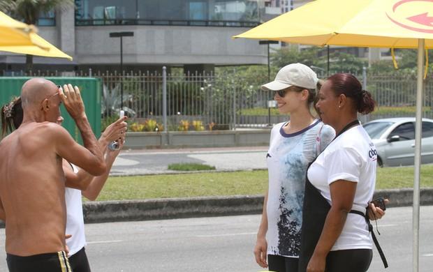 Grazi Massafera tira foto com fãs (Foto: Dilson Silva/Ag. News)