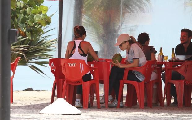 Grazi toma água de coco (Foto: Dilson Silva/Ag. News)